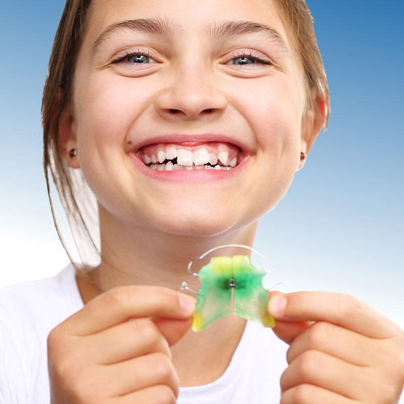 Lose Zahnspange mit Mädchen