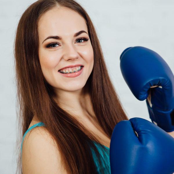 Feste Zahnspange ohne Zahnschutz kann gefährlich werden.