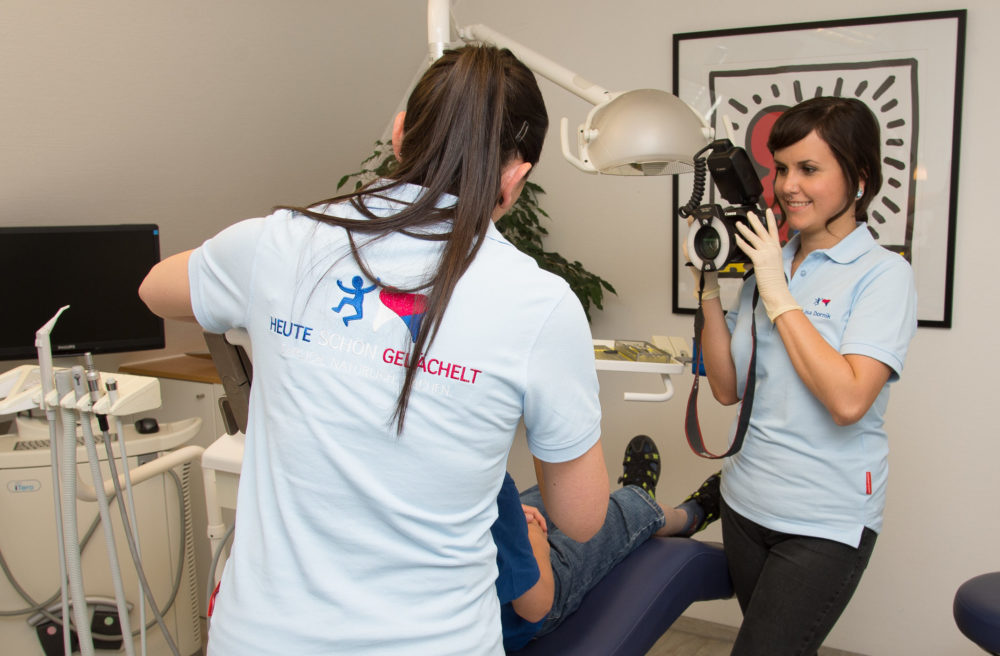 Unser Praxisteam für Kieferorthopädie ist motiviert bei der Arbeit.