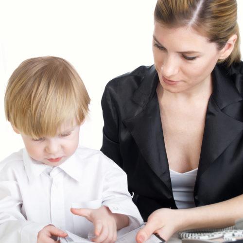 Bei einer Zahnkorrektur bei Kleinkindern kann ein Logopäde unterstützend mitwirken.