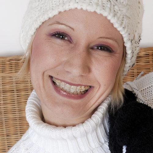 Feste Zahnspange mit Keramikbrackets sind unauffällig und schön.