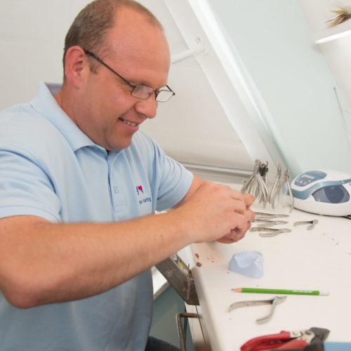 Die Zahnspangen werden in unserem hauseigenen Labor hergestellt.