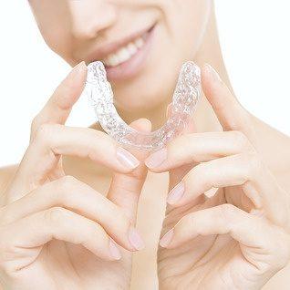 Transparente Zahnschienen zur unsichtbaren kieferorthopädischen Behandlung.
