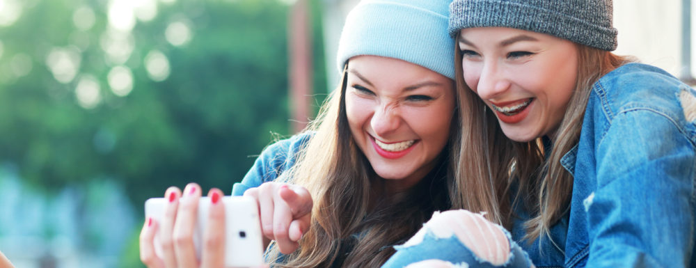 Zwei Mädchen mit Zahnspange