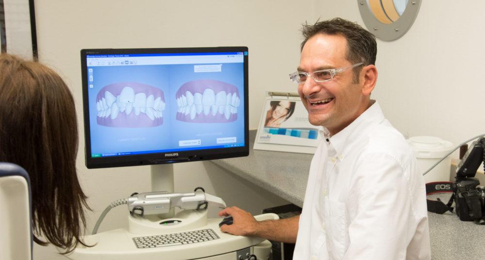 Die Zahnschienen werden mit einem 3D-Scanner geplant.
