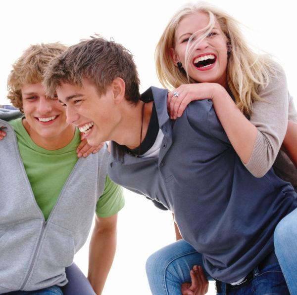 Unsichtbare Zahnspangen eignen sich auch für Teenager.