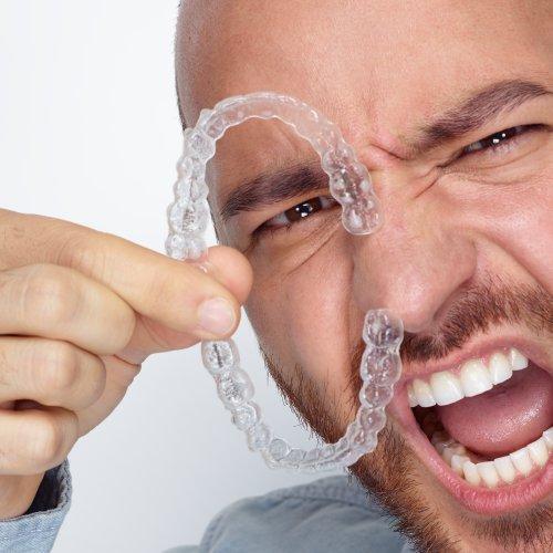 Unsichtbare Zahnspangen sind eine super Alternative.